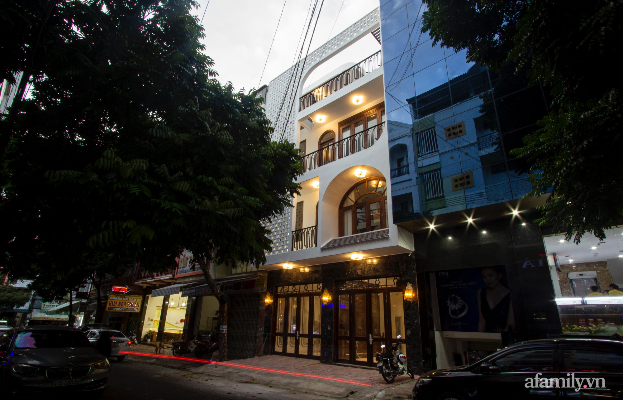 Nhà phố 8x16m đẹp bình yên, tĩnh tại mang hơi hướng của Đạo Phật và phong cách Á Đông ở Buôn Ma Thuột - Ảnh 1.