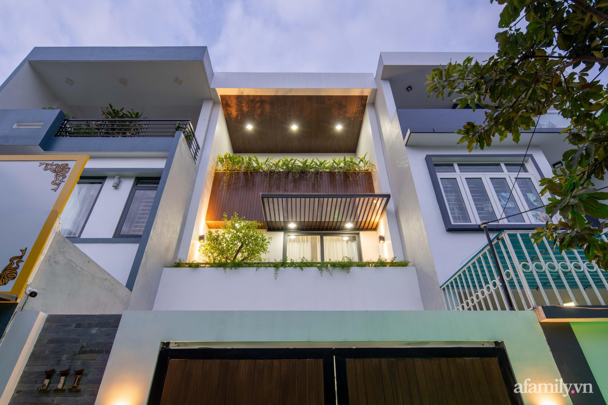Nhà phố 3 tầng đẹp hiện đại với phong cách tối giản ngập tràn ánh sáng và cây xanh ở Đà Nẵng - Ảnh 1.