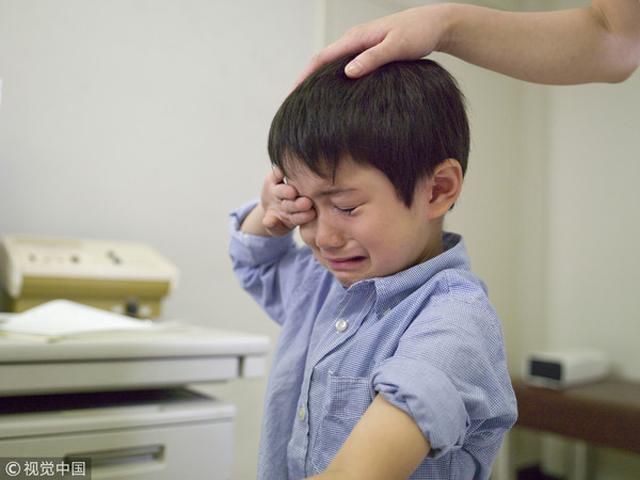 Cậu bé nhập viện trong tình trạng đau bụng phải ngồi xe lăn, bác sĩ kiểm tra bảo 'một ngày gặp 3 trường hợp'. - Ảnh 1.