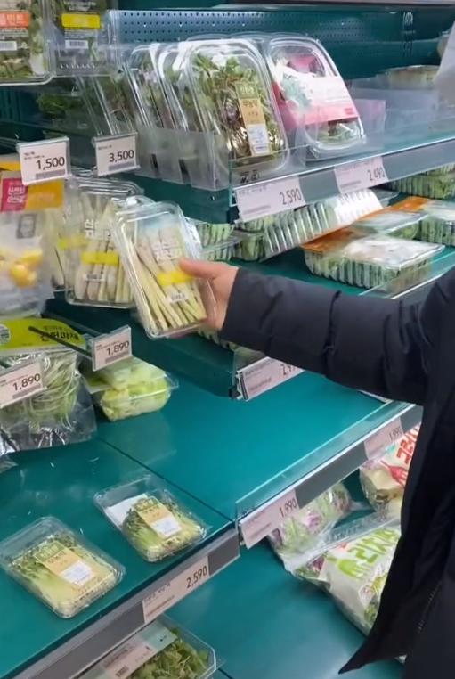 Biết là rau Việt Nam ở nước ngoài không rẻ, nhưng 80k chỉ mua được vài cây sả như ở Hàn thì hội chị em mê thịt xiên nướng sẽ phát khóc mất thôi! - Ảnh 1.
