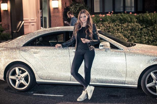 """Ô tô đính 1.000.000 viên pha lê lấp lánh thì trông sẽ như thế nào? Nếu bạn chưa tưởng tượng ra thì hãy xem chiếc Mercedes từng gây """"náo loạn"""" MXH này - Ảnh 1."""
