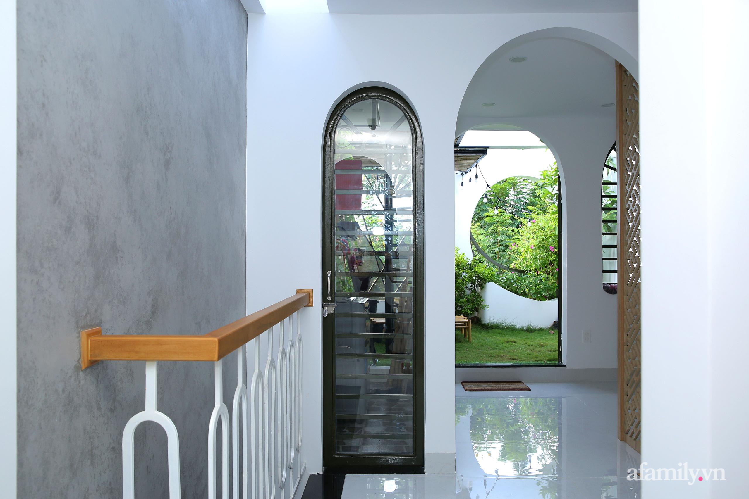 Chồng xây tặng vợ con ngôi nhà ấm cúng với sắc trắng vàng cùng cây xanh và ánh sáng ngập tràn ở Đà Nẵng sau 10 năm ở trọ - Ảnh 17.
