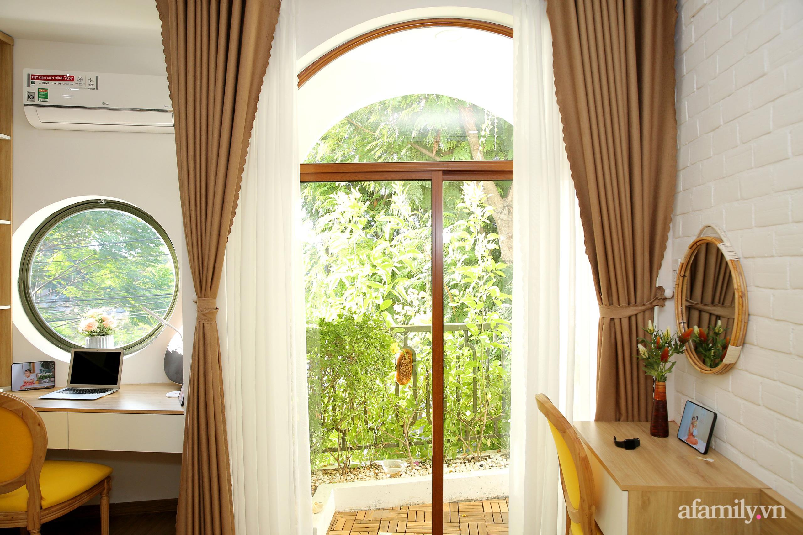 Chồng xây tặng vợ con ngôi nhà ấm cúng với sắc trắng vàng cùng cây xanh và ánh sáng ngập tràn ở Đà Nẵng sau 10 năm ở trọ - Ảnh 13.