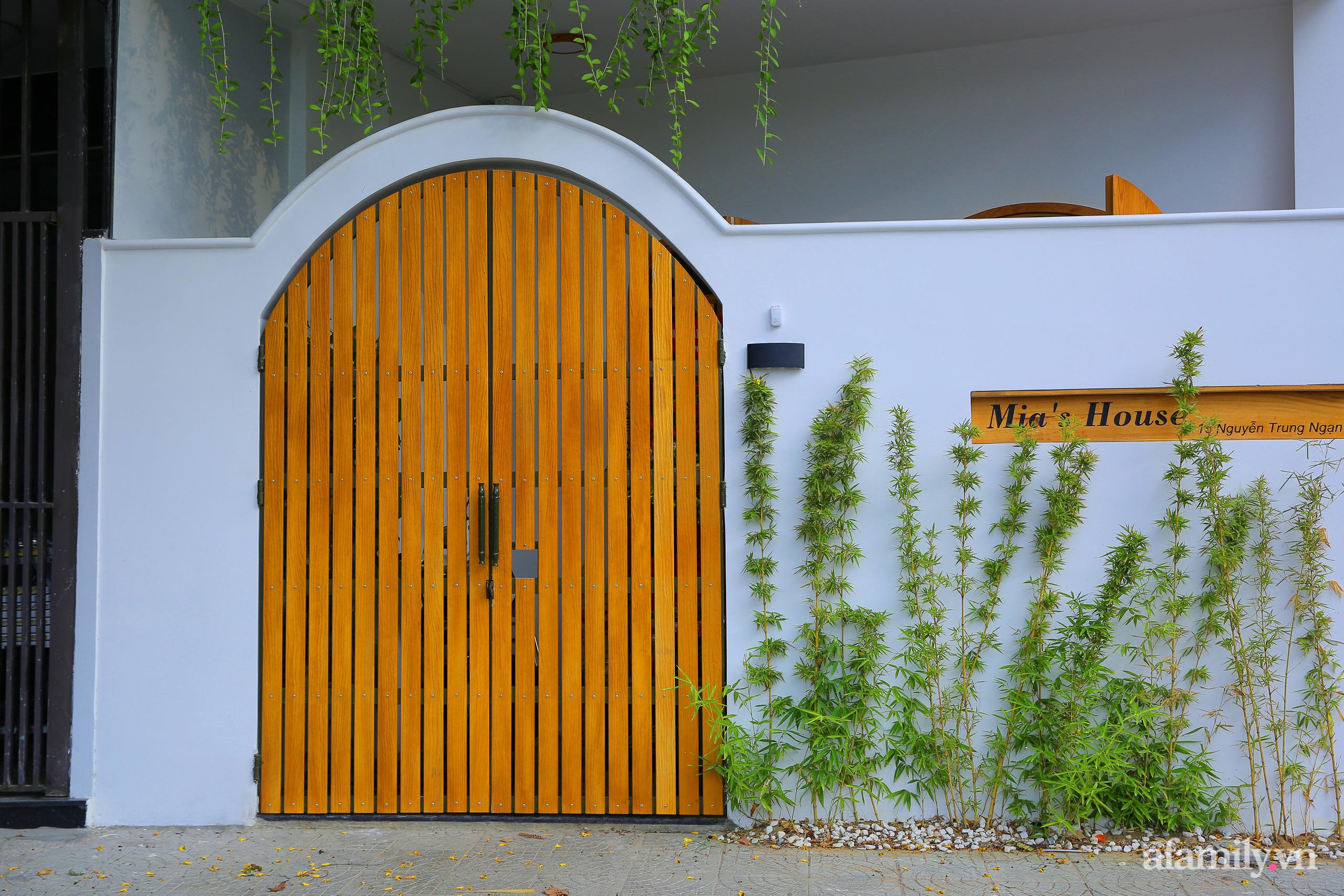 Chồng xây tặng vợ con ngôi nhà ấm cúng với sắc trắng vàng cùng cây xanh và ánh sáng ngập tràn ở Đà Nẵng sau 10 năm ở trọ - Ảnh 2.