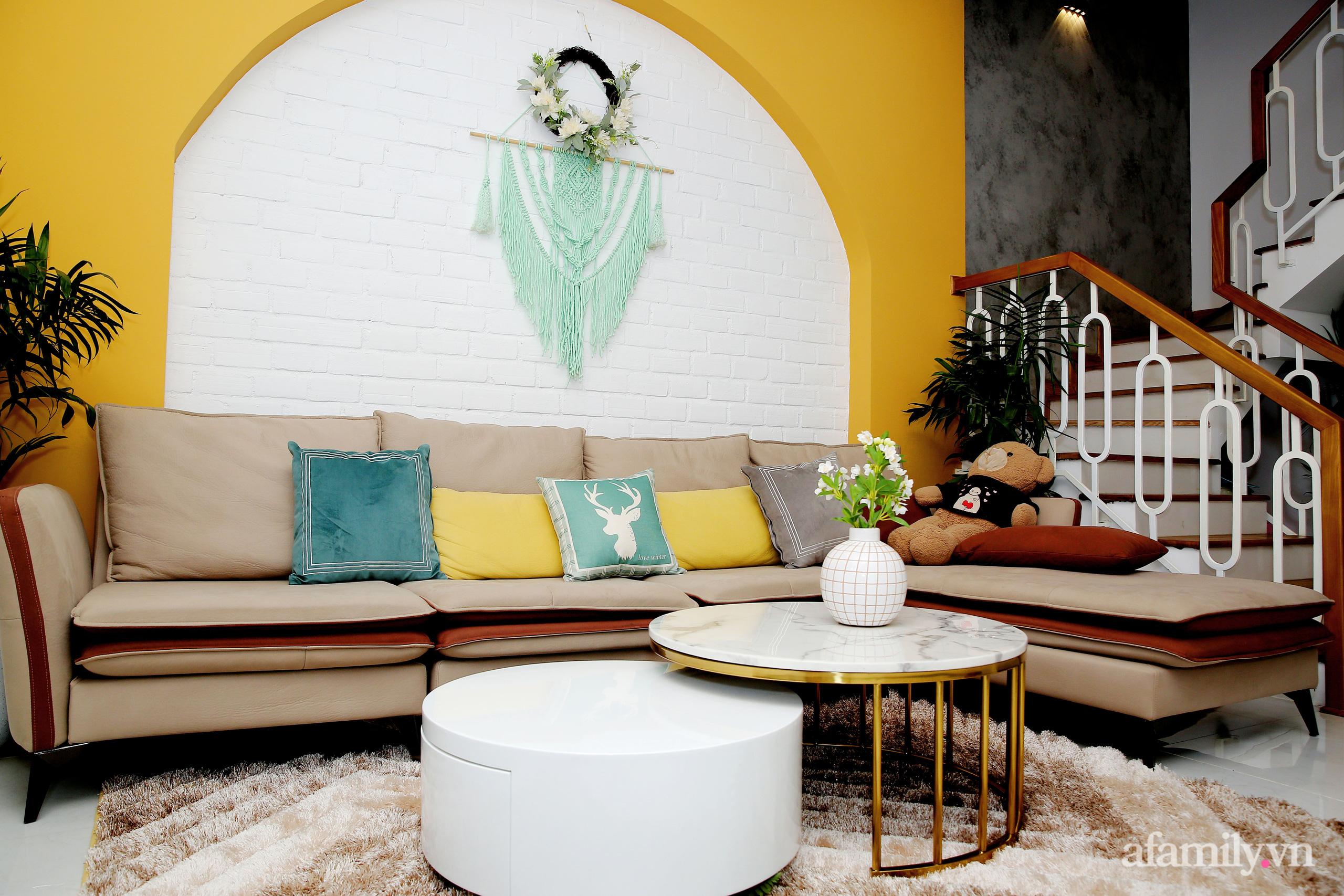 Chồng xây tặng vợ con ngôi nhà ấm cúng với sắc trắng vàng cùng cây xanh và ánh sáng ngập tràn ở Đà Nẵng sau 10 năm ở trọ - Ảnh 4.