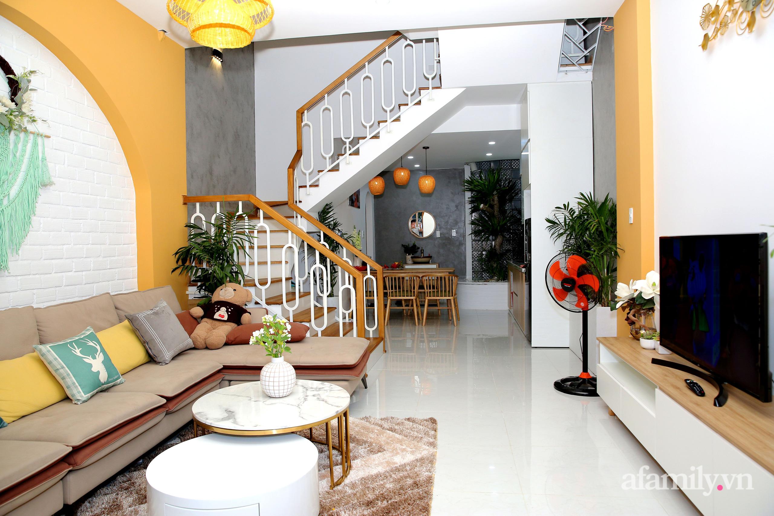 Chồng xây tặng vợ con ngôi nhà ấm cúng với sắc trắng vàng cùng cây xanh và ánh sáng ngập tràn ở Đà Nẵng sau 10 năm ở trọ - Ảnh 3.