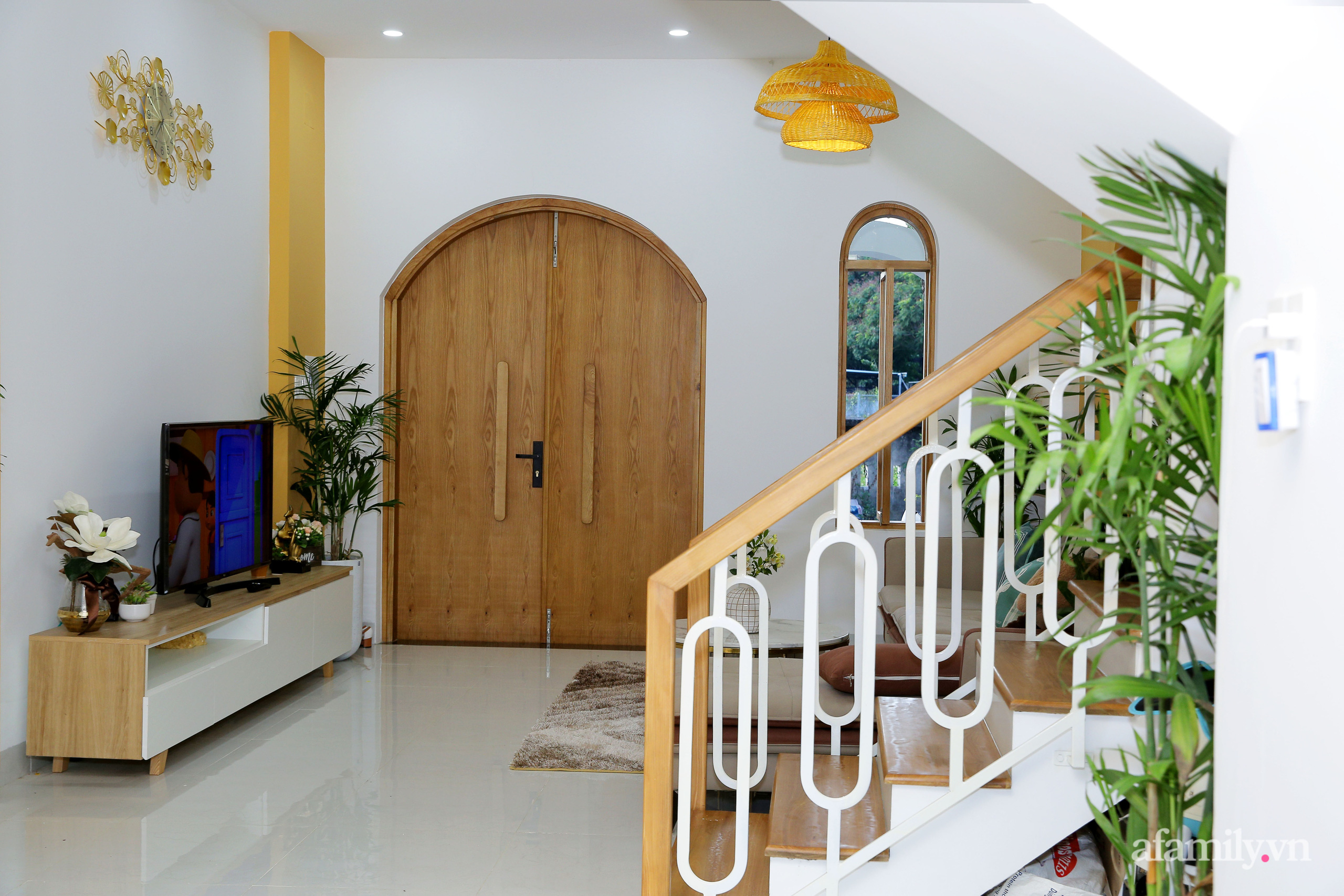 Chồng xây tặng vợ con ngôi nhà ấm cúng với sắc trắng vàng cùng cây xanh và ánh sáng ngập tràn ở Đà Nẵng sau 10 năm ở trọ - Ảnh 5.