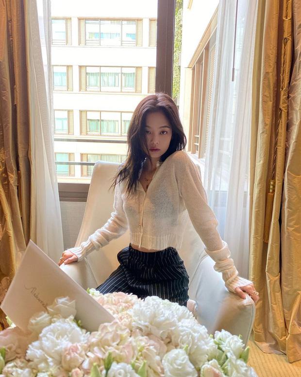 """Diện áo len giống Jennie: Rosé lên đồ kín đáo hơn, nhìn sang """"Chanel sống"""" thấy nội y lấp ló - Ảnh 2."""