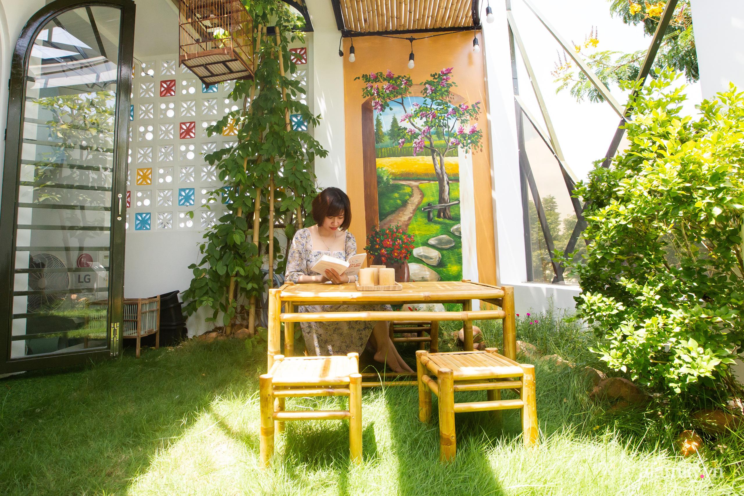 Chồng xây tặng vợ con ngôi nhà ấm cúng với sắc trắng vàng cùng cây xanh và ánh sáng ngập tràn ở Đà Nẵng sau 10 năm ở trọ - Ảnh 18.