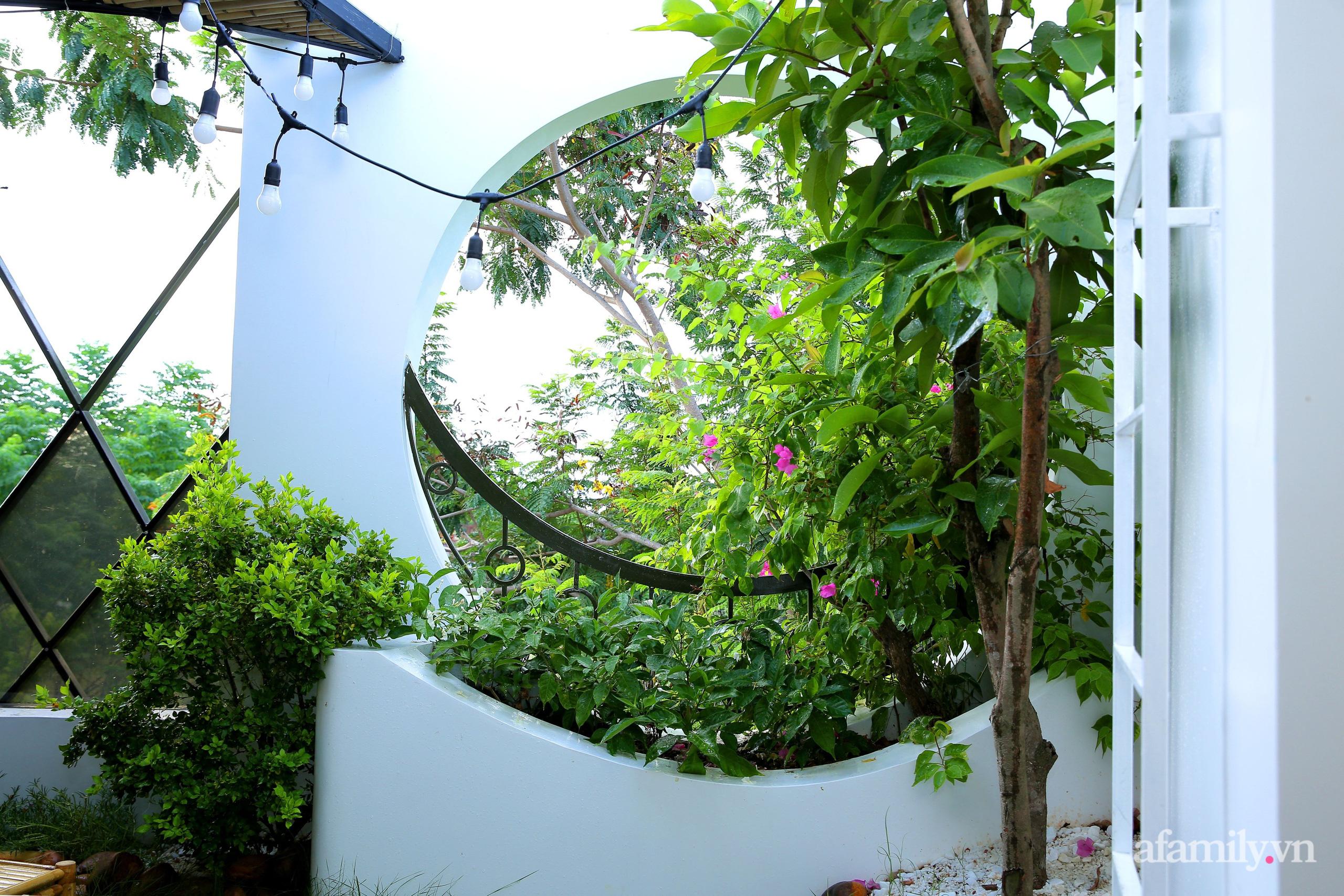 Chồng xây tặng vợ con ngôi nhà ấm cúng với sắc trắng vàng cùng cây xanh và ánh sáng ngập tràn ở Đà Nẵng sau 10 năm ở trọ - Ảnh 19.
