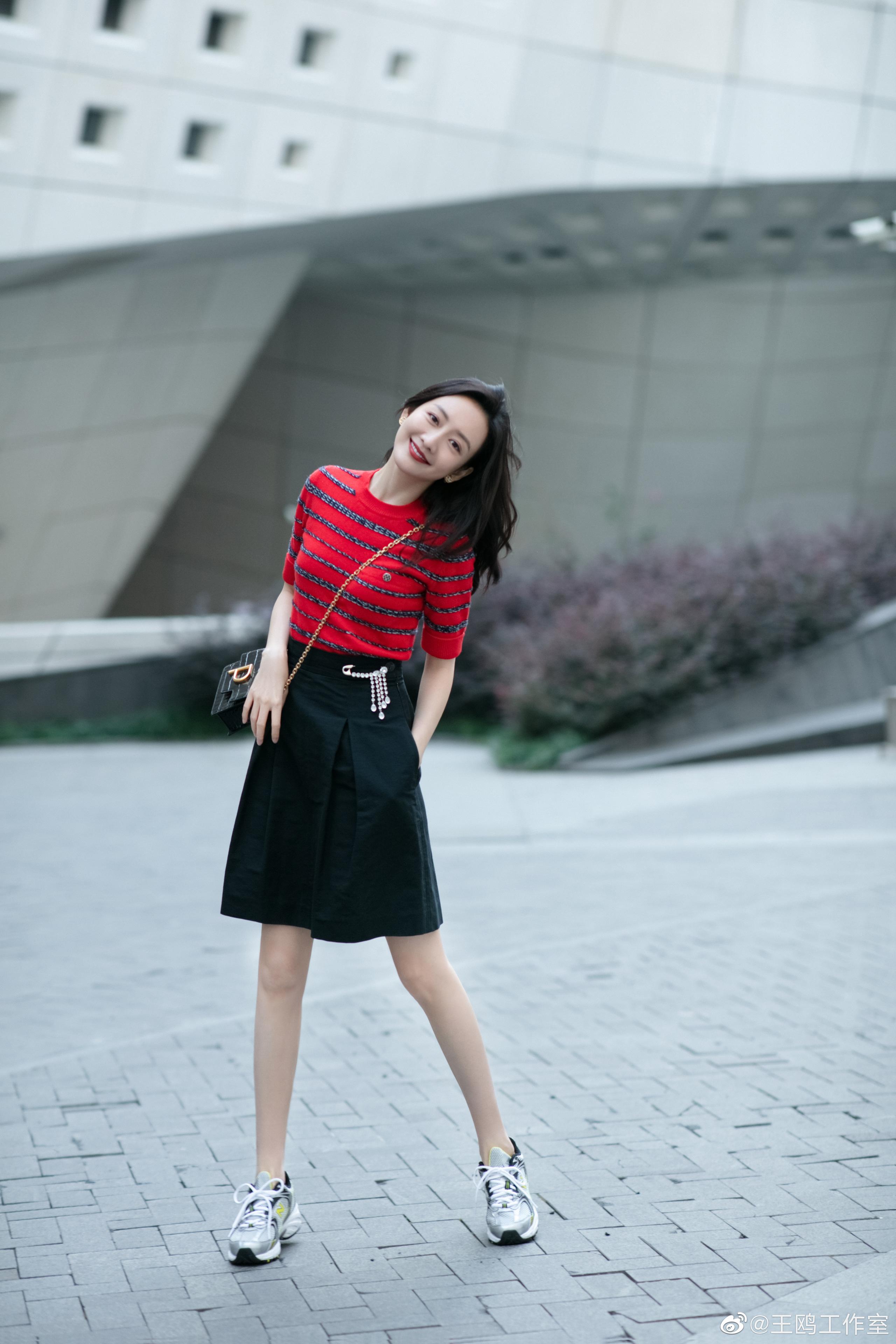 """""""Tình địch của Dương Mịch"""" đã U40 vẫn trẻ trung như gái 20, nhờ món thời trang này mà vừa trẻ lại vừa sang - Ảnh 5."""