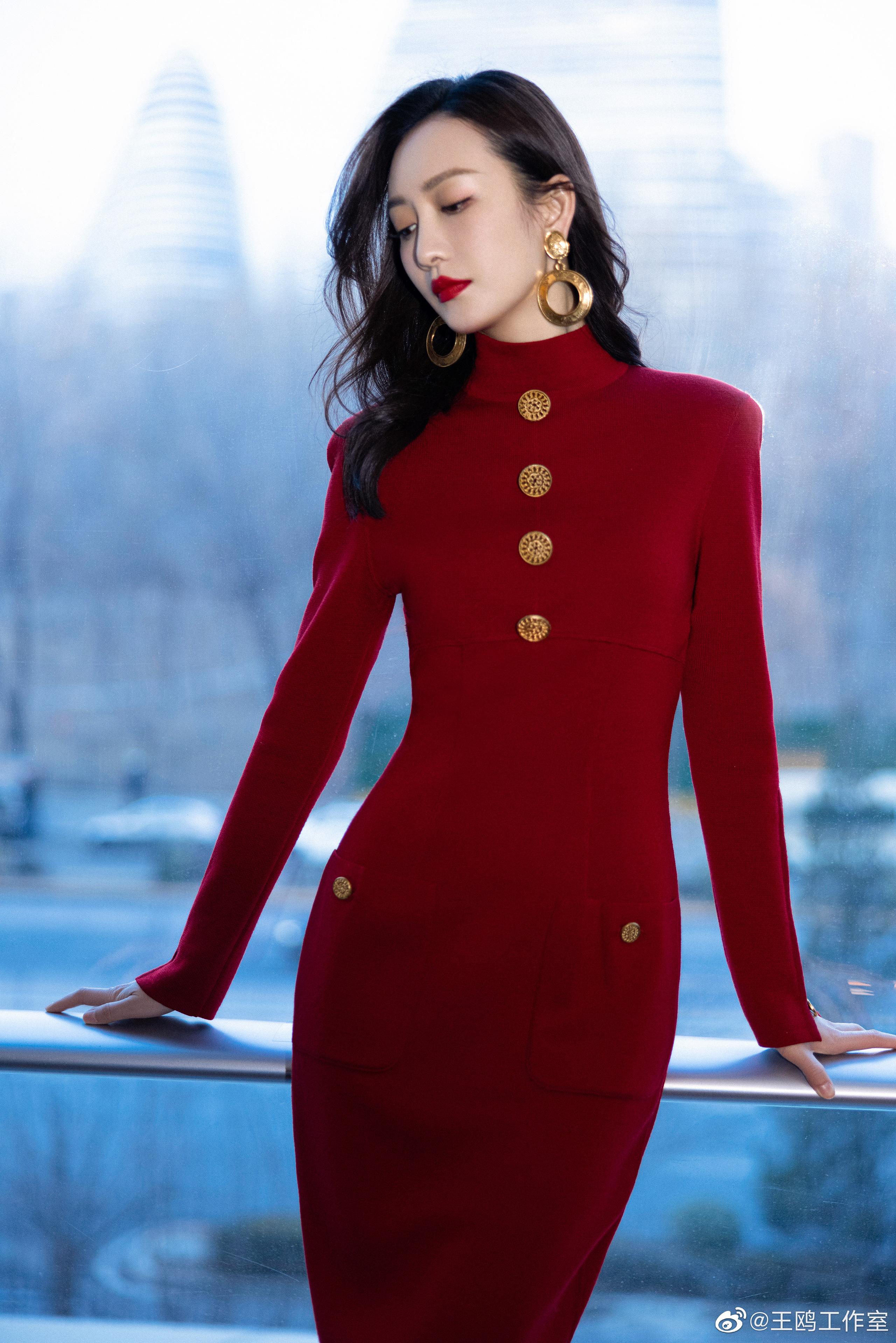"""""""Tình địch của Dương Mịch"""" đã U40 vẫn trẻ trung như gái 20, nhờ món thời trang này mà vừa trẻ lại vừa sang - Ảnh 1."""