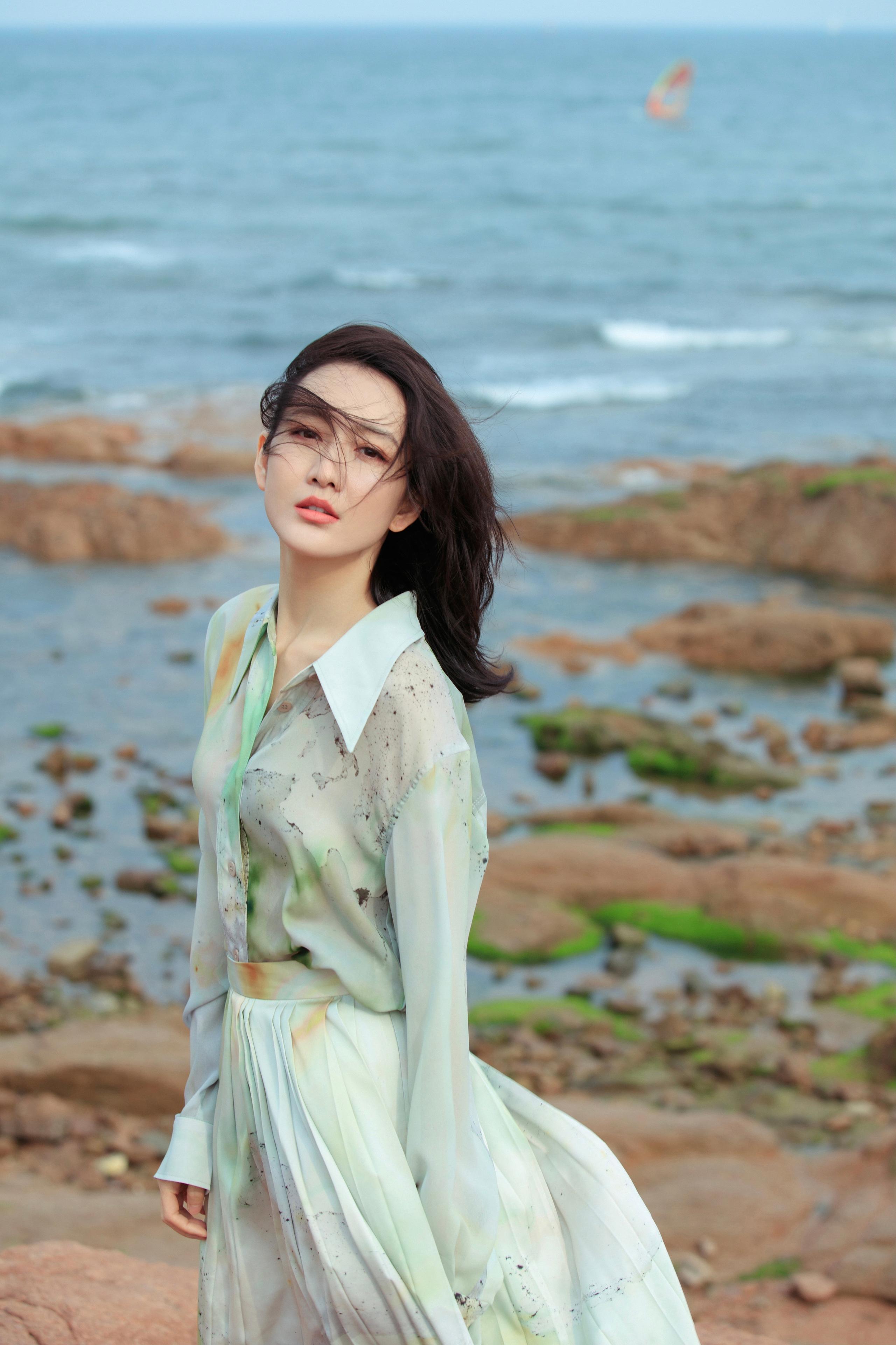 """""""Tình địch của Dương Mịch"""" đã U40 vẫn trẻ trung như gái 20, nhờ món thời trang này mà vừa trẻ lại vừa sang - Ảnh 2."""
