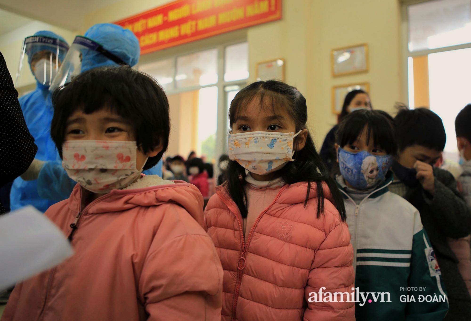 Hàng trăm F2 có liên quan đến học sinh đang cách ly tại Trường tiểu học Xuân Phương đội mưa đi lấy mẫu xét nghiệm Covid-19 - Ảnh 3.
