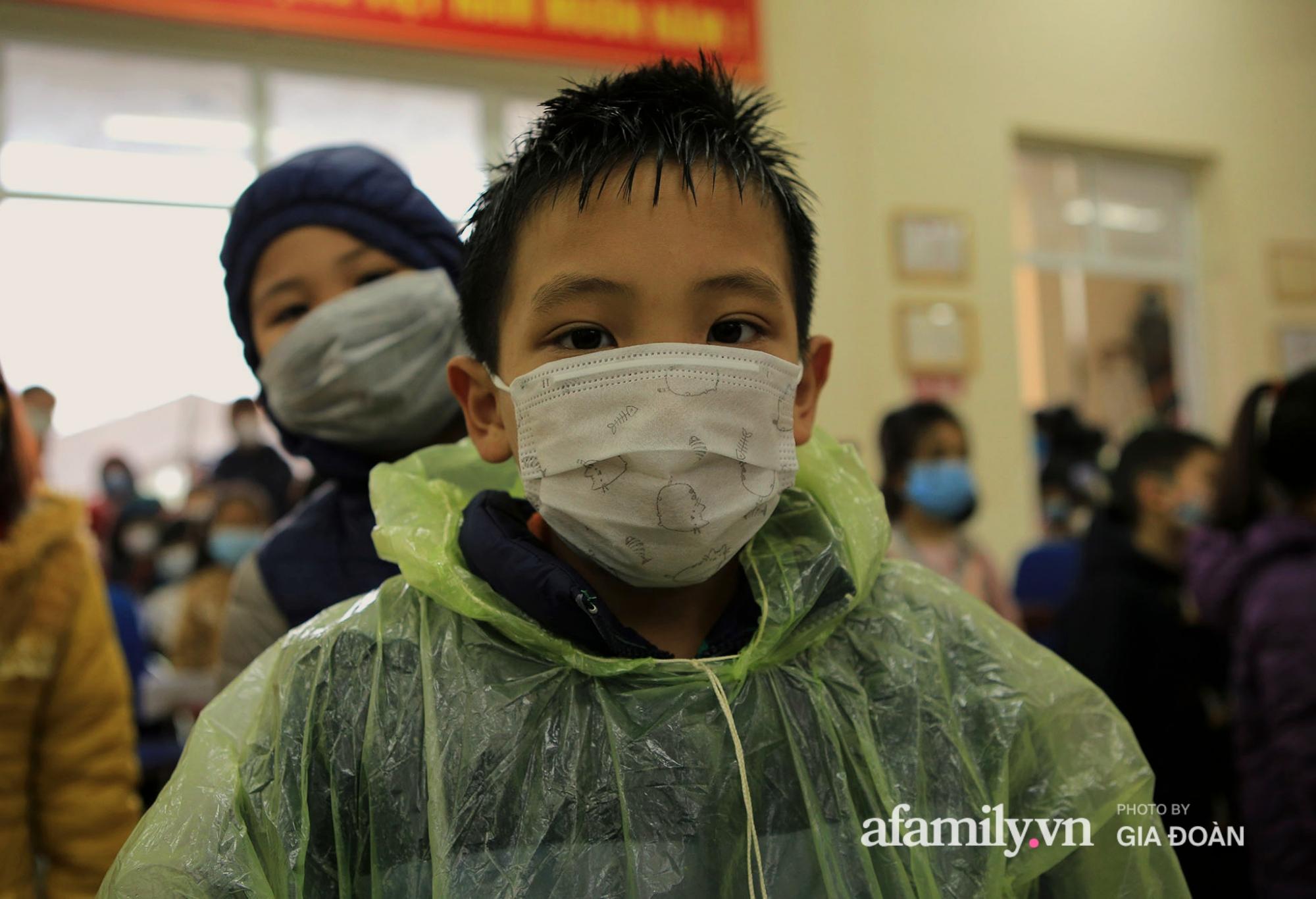 Hàng trăm F2 có liên quan đến học sinh đang cách ly tại Trường tiểu học Xuân Phương đội mưa đi lấy mẫu xét nghiệm Covid-19 - Ảnh 9.