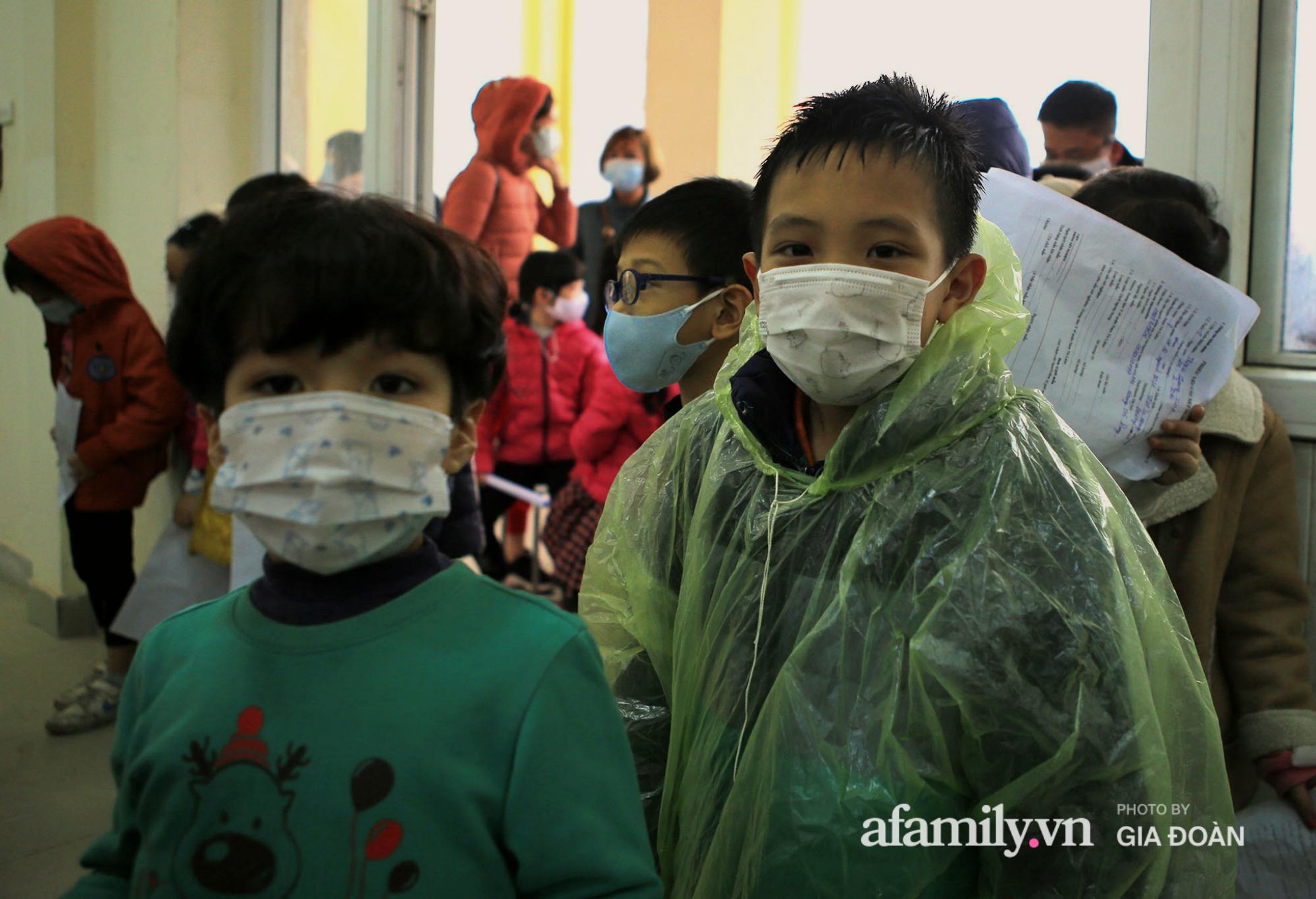 Hàng trăm F2 có liên quan đến học sinh đang cách ly tại Trường tiểu học Xuân Phương đội mưa đi lấy mẫu xét nghiệm Covid-19 - Ảnh 5.