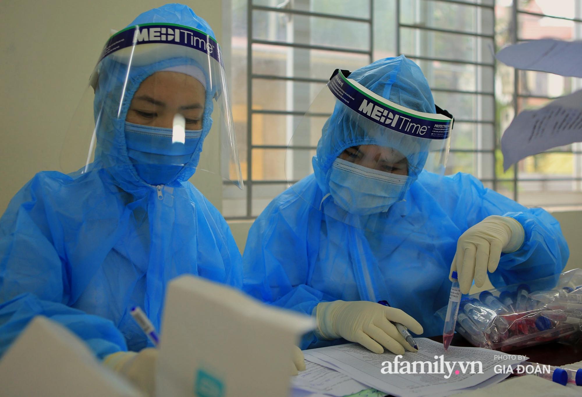 Hàng trăm F2 có liên quan đến học sinh đang cách ly tại Trường tiểu học Xuân Phương đội mưa đi lấy mẫu xét nghiệm Covid-19 - Ảnh 14.
