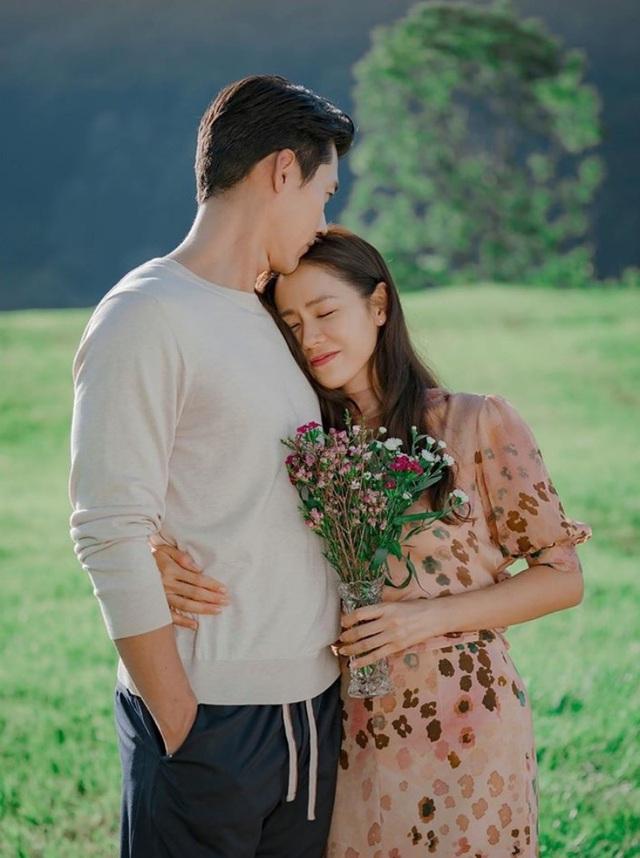 Chuyện tình ngọt ngào say đắm của chàng Thiên Bình Hyun Bin và nàng Ma Kết Son Ye Jin: Dù tính cách trái ngược nhưng luôn có được sự hài hòa, gắn kết - Ảnh 2.