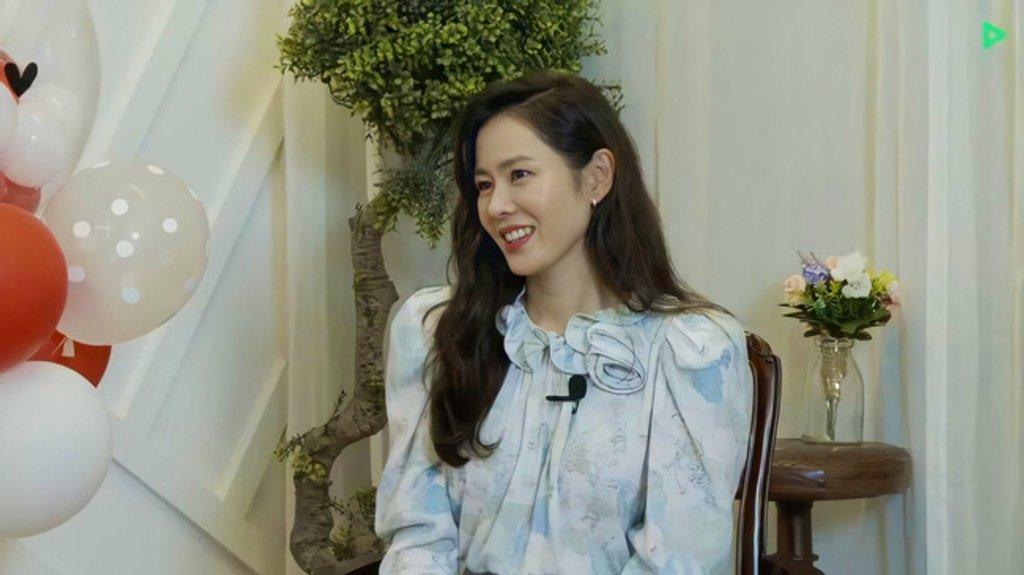 """Hyun Bin bộc bạch:""""Từ lần gặp đầu tiên đã bị sự tinh tế của cô ấy chinh phục"""", phụ nữ 30 + nên học ngay 5 cách diện đồ tinh tế từ Son Ye Jin - Ảnh 16."""