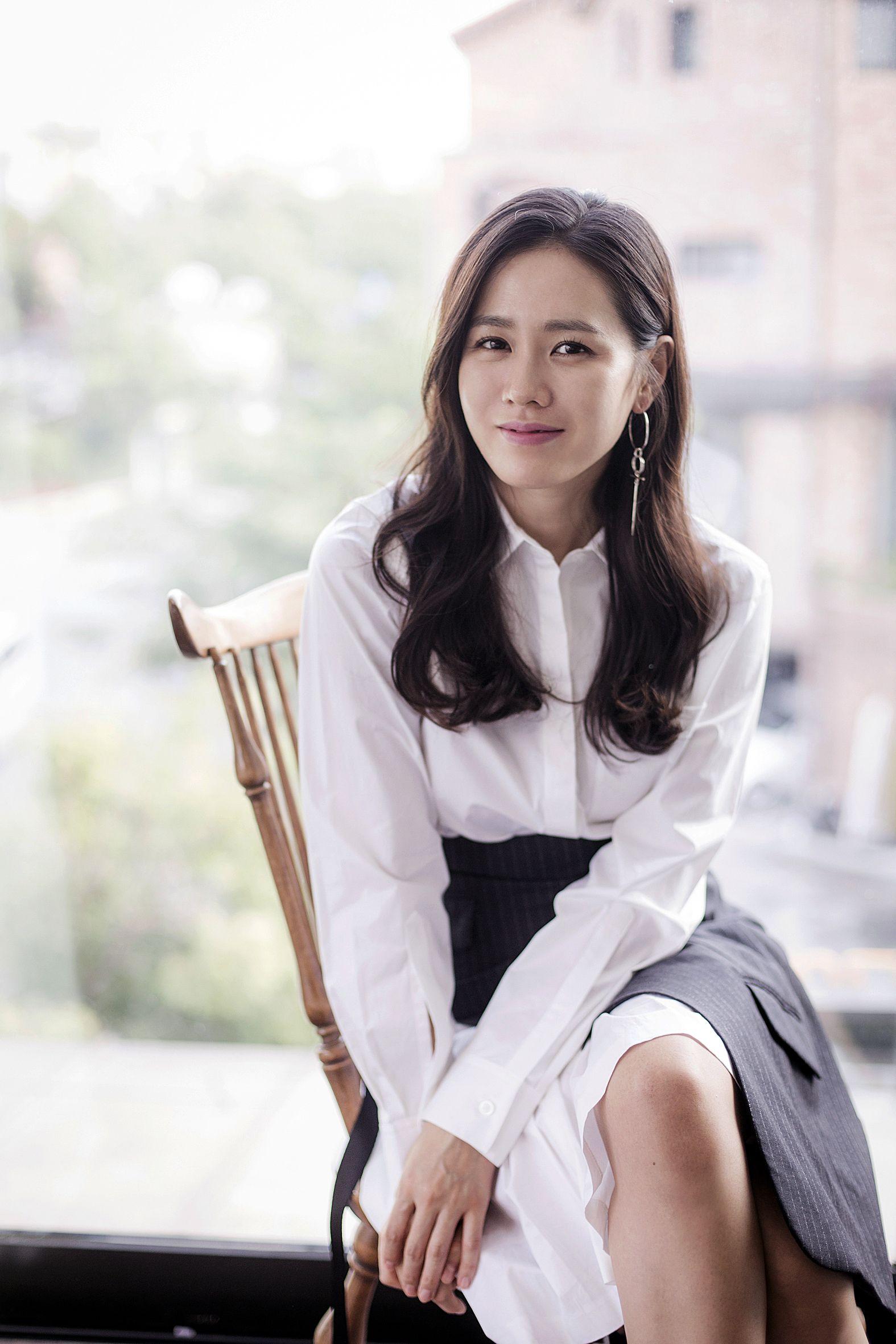 """Hyun Bin bộc bạch:""""Từ lần gặp đầu tiên đã bị sự tinh tế của cô ấy chinh phục"""", phụ nữ 30 + nên học ngay 5 cách diện đồ tinh tế từ Son Ye Jin - Ảnh 11."""