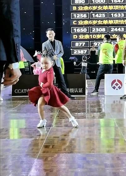 """Bé gái 6 tuổi khiêu vũ Latin """"thần sầu"""", thần thái và biểu cảm của cô bé mới khiến người xem """"rụng tim"""" vì quá ngộ nghĩnh, đáng  yêu. - Ảnh 3."""