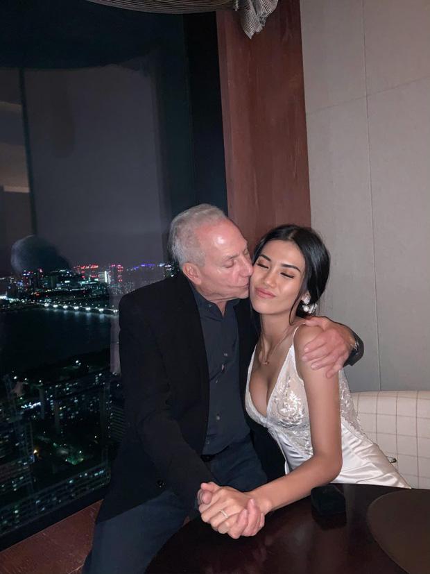 Chuyện tình yêu của cô gái Việt 26 tuổi yêu tỷ phú Mỹ 72 tuổi lên hẳn báo Trung Quốc, chính chủ cũng hoảng hốt vì những điều không ngờ! - Ảnh 1.
