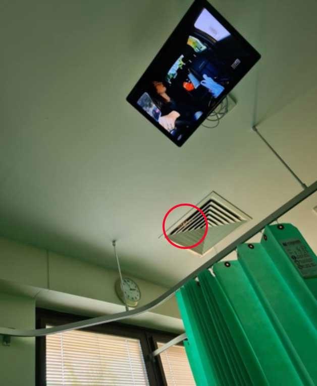 Nằm viện nhiều ngày, người phụ nữ kinh hồn bạt vía khi đôi mắt bí ẩn nhìn mình qua ống thông gió trên trần nhà, càng nhìn càng thấy rùng rợn - Ảnh 1.