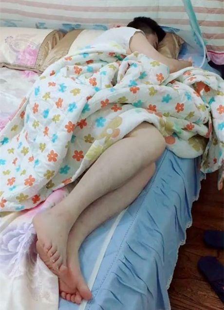 Bố ru con trai ngủ, khi mẹ mở cửa phòng vào kiểm tra thì sợ thót tim vì không tìm thấy con đâu - Ảnh 1.