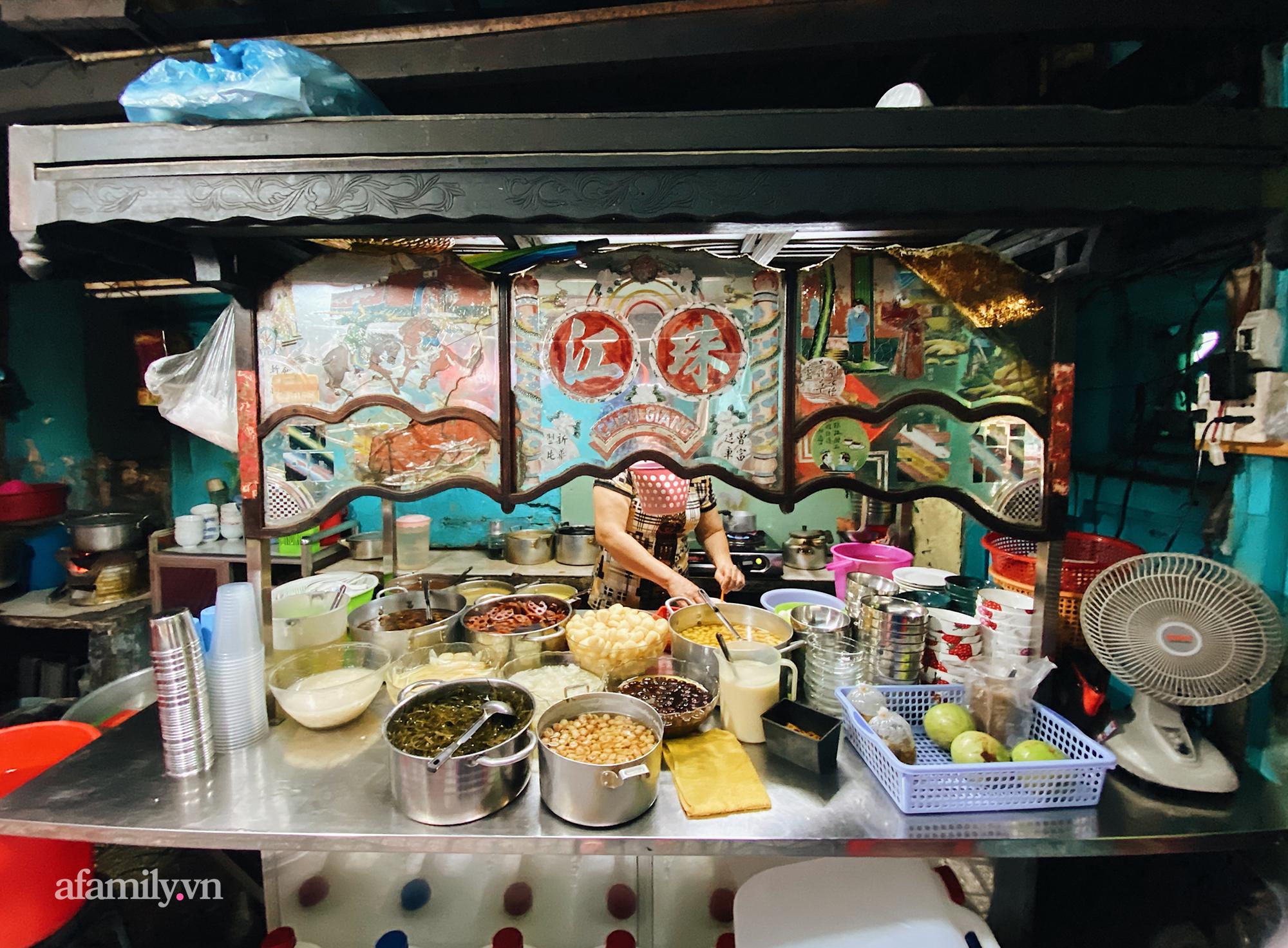 """Xuống quận 5 ghé quán """"chè âm phủ"""" ăn món chè trộn trứng gà sống và loạt món nhìn qua tưởng đồ mặn nhưng lại ngọt, thơm nức tiếng trong ẩm thực người Hoa tại Sài Gòn - Ảnh 1."""