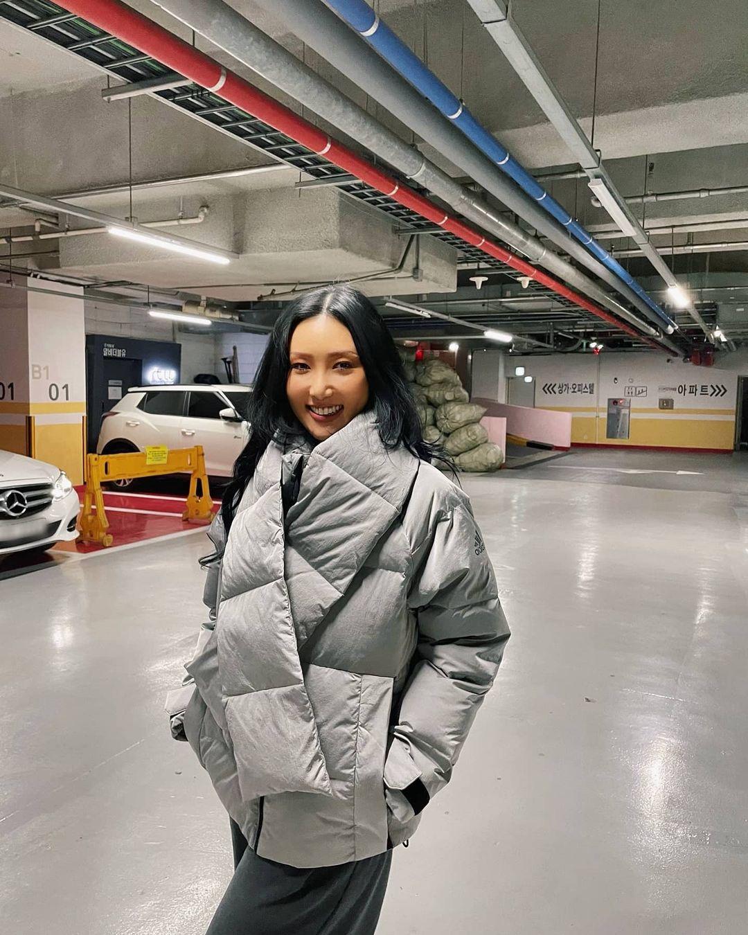 """Không phải áo khoác dáng dài, đây mới là những kiểu áo được sao Hàn ưu ái trong ngày đại hàn: Sang chảnh, ấm áp mà mặc lên không hề bị """"béo"""" - Ảnh 9."""