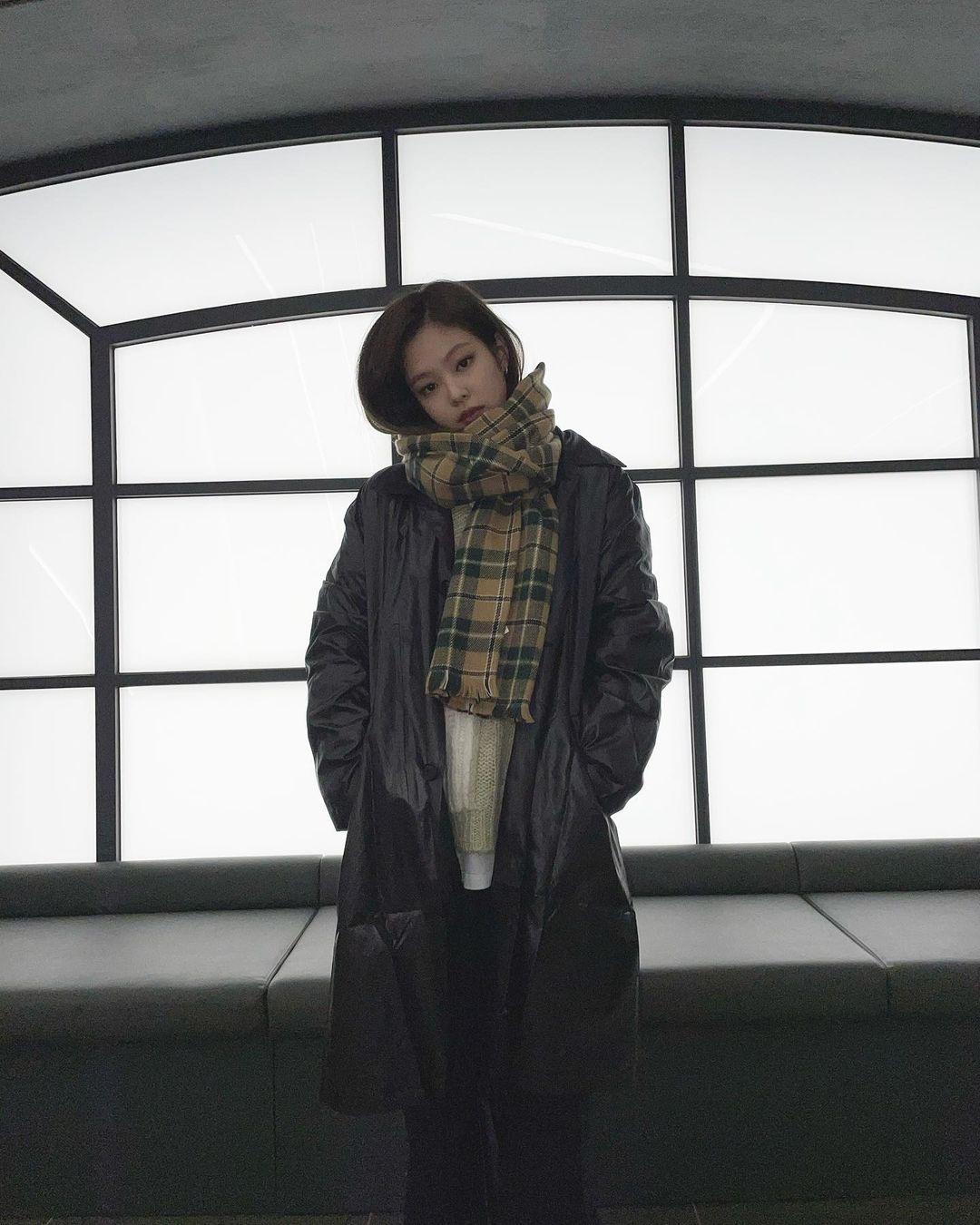 """Không phải áo khoác dáng dài, đây mới là những kiểu áo được sao Hàn ưu ái trong ngày đại hàn: Sang chảnh, ấm áp mà mặc lên không hề bị """"béo"""" - Ảnh 5."""