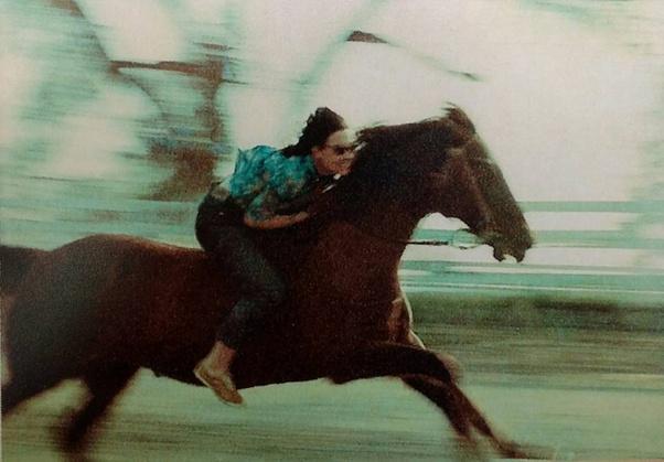 Xem lại bức ảnh mẹ cưỡi ngựa thuở đôi mươi, cô gái sửng sốt vì độ ngầu và những câu chuyện cho thấy phụ huynh không nhàm chán như ta tưởng - Ảnh 1.