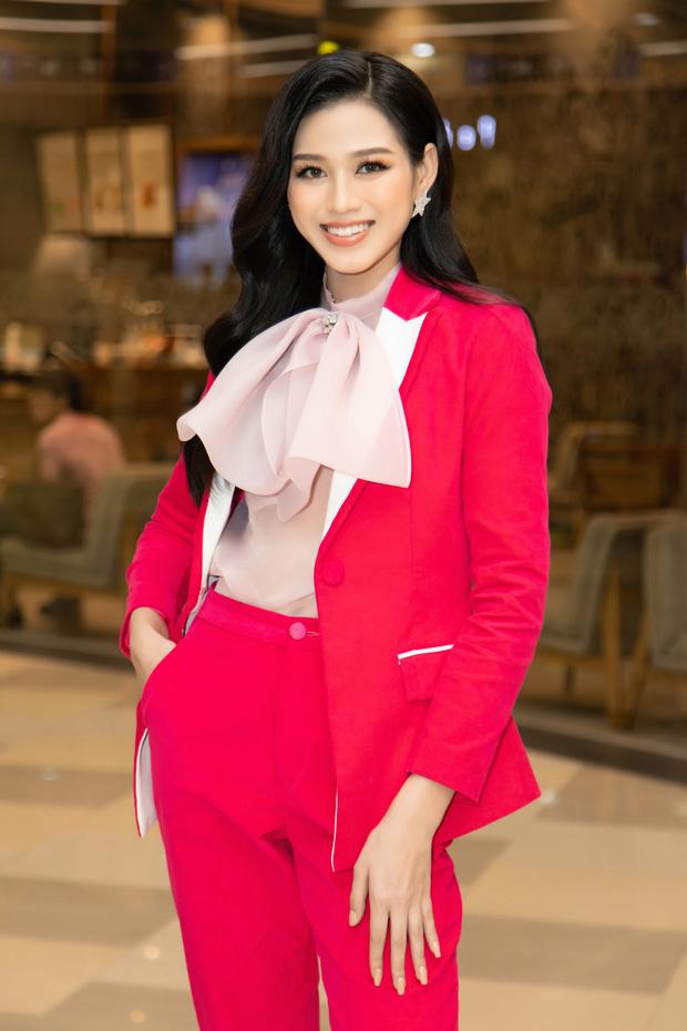 """Hoa hậu Đỗ Thị Hà """"giật"""" spotlight nhờ suits đỏ nổi bần bật, netizen đồng loạt thắc mắc: """"Ủa sao giống Hà Hồ vậy?"""" - Ảnh 1."""