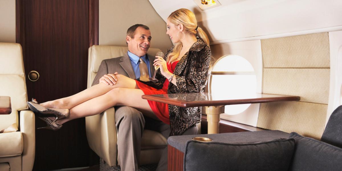 """Mảng tối rùng mình phía sau nghề tiếp viên hàng không đầy vẻ hào nhoáng: """"Mua vui"""" cho khách hạng sang ngay trên máy bay, quan hệ với phi công còn viết lại nhật ký - Ảnh 4."""