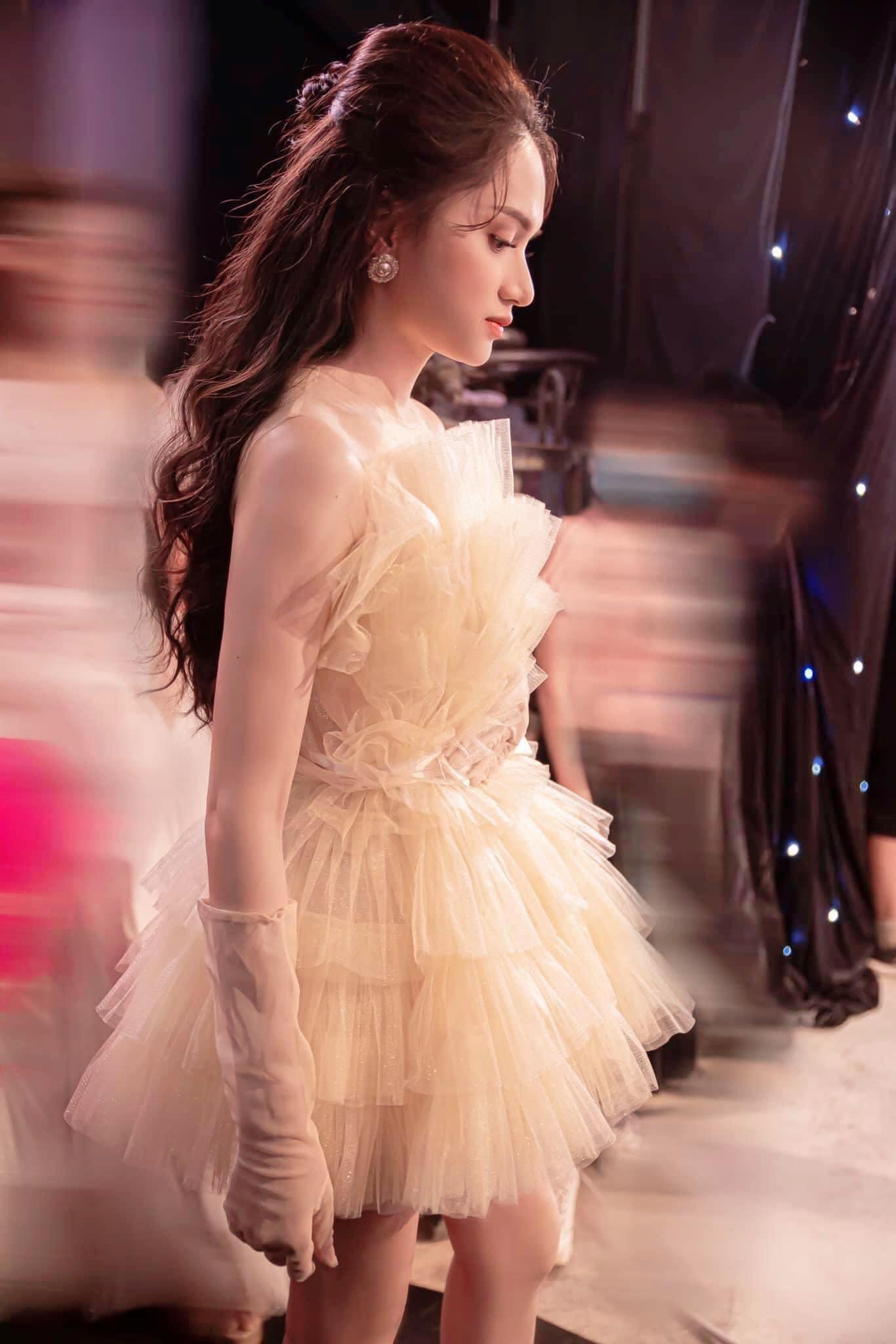 Học lỏm stylist Kpop xén váy để khoe chân dài, Hương Giang cắt luôn 1 tầng váy khi đụng hàng Midu: Nhưng kết quả lại không được như mong đợi - Ảnh 2.