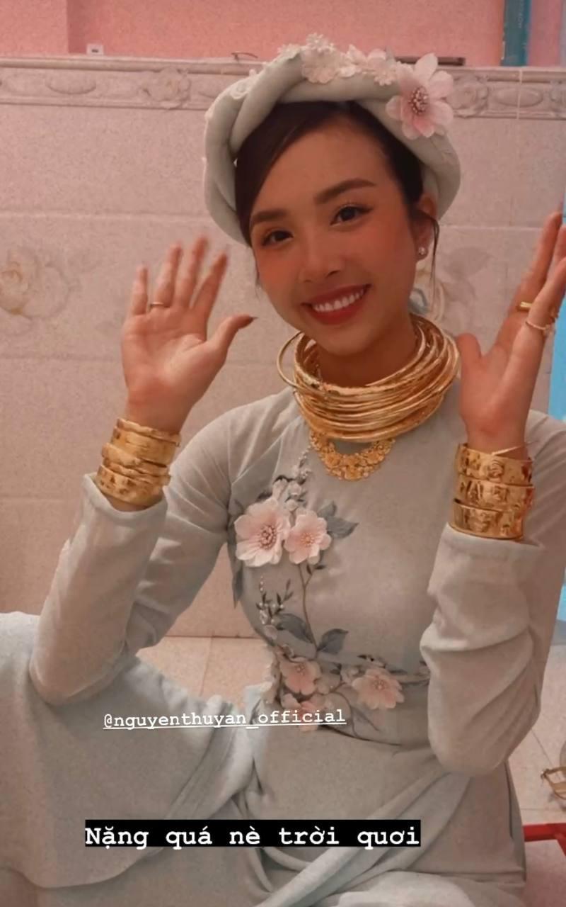"""Á hậu Thúy An đeo vòng vàng ứ cả cổ, kín tay ở đám cưới, netizen gật gù: Lấy chồng là gánh nặng, nhưng """"nặng"""" thế này thì còn gì bằng - Ảnh 2."""