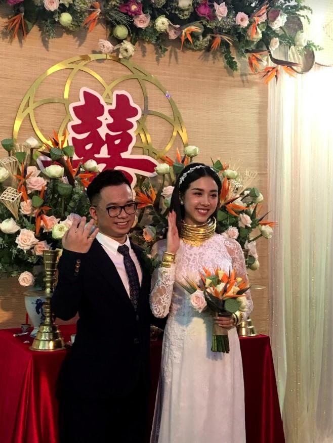 """Á hậu Thúy An đeo vòng vàng ứ cả cổ, kín tay ở đám cưới, netizen gật gù: Lấy chồng là gánh nặng, nhưng """"nặng"""" thế này thì còn gì bằng - Ảnh 1."""