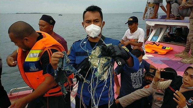 Máy bay rơi ở Indonesia: Có 7 trẻ em và 3 trẻ sơ sinh trên chuyến bay định mệnh, một cặp đôi vừa mới cưới, thân nhân bàng hoàng đau đớn  - Ảnh 1.