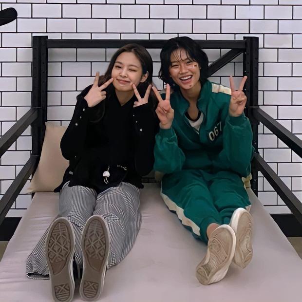 """Jennie và Jung Ho Yeon Jennie và nữ chính Squid Game thân thiết nên cũng đụng hàng chan chát, """"cân não"""" phân định ai sang hơn - Ảnh 1."""
