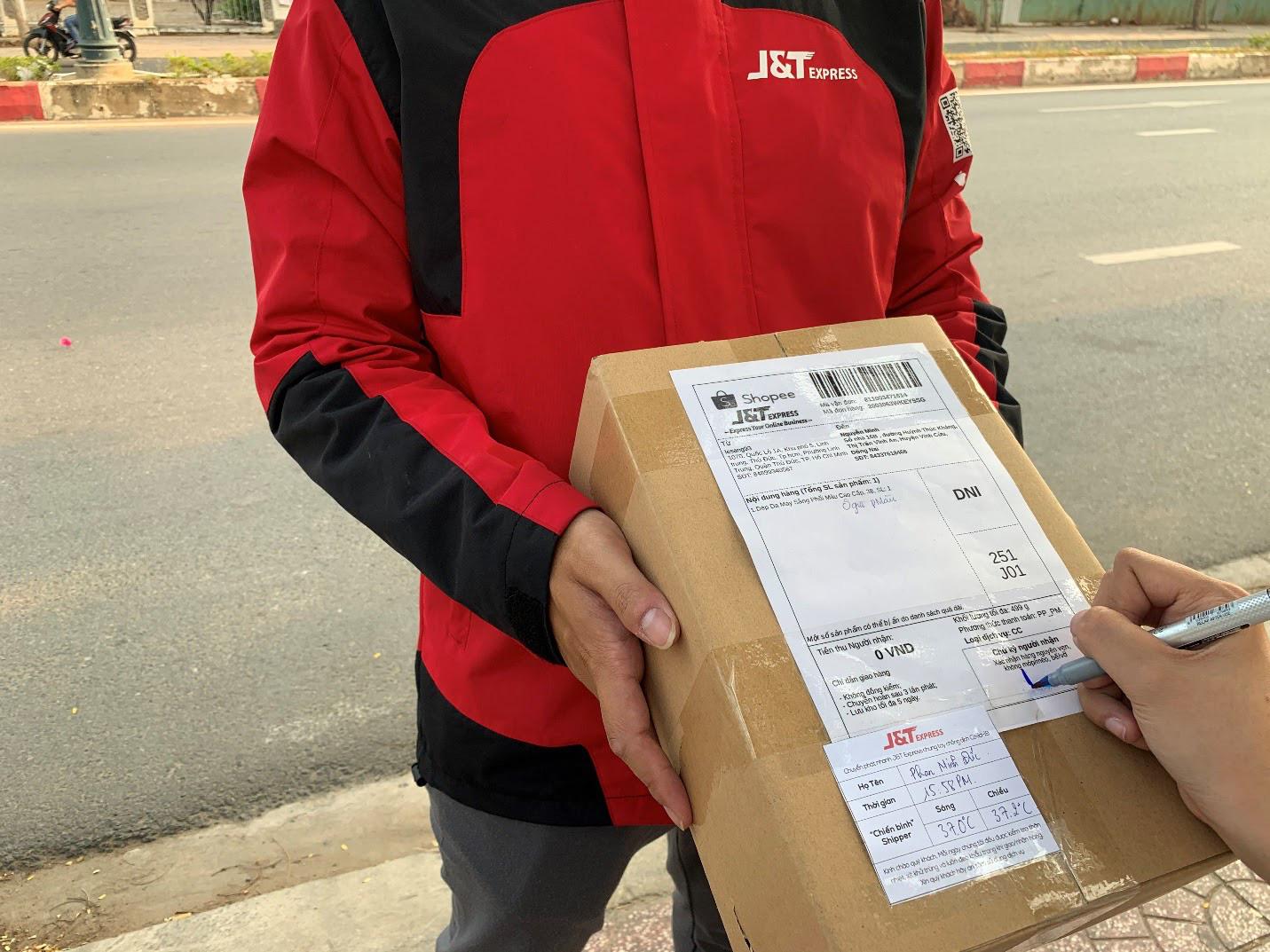 Shipper J&T Express đảm bảo an toàn cho người dùng khi vận chuyển hàng hóa - Ảnh 1.