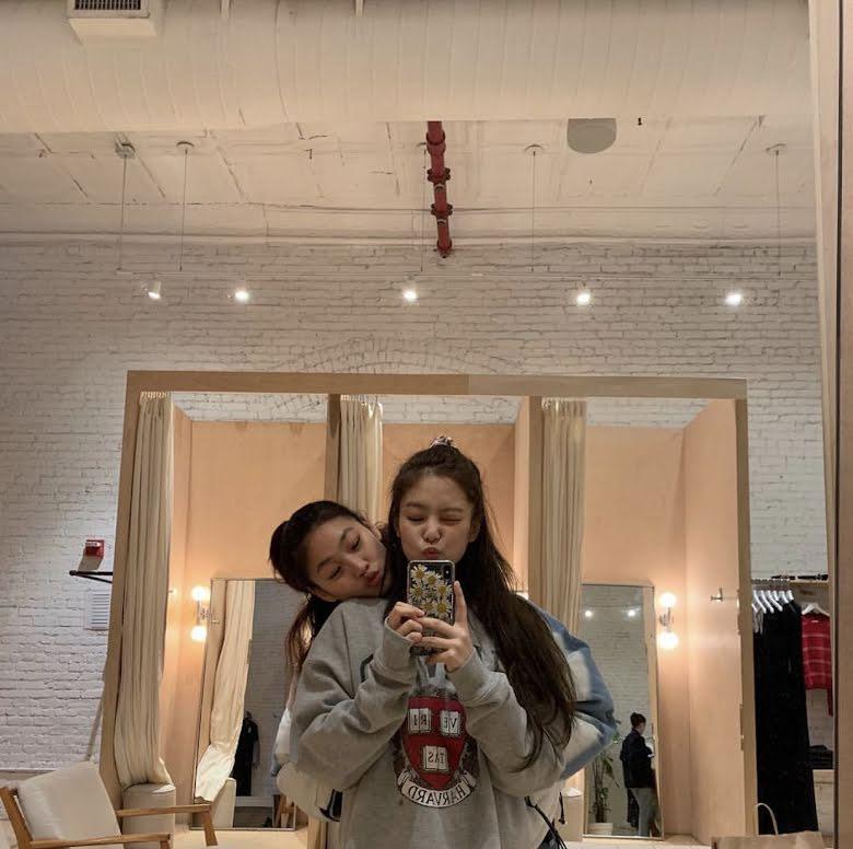 """Jennie và Jung Ho Yeon Jennie và nữ chính Squid Game thân thiết nên cũng đụng hàng chan chát, """"cân não"""" phân định ai sang hơn - Ảnh 3."""