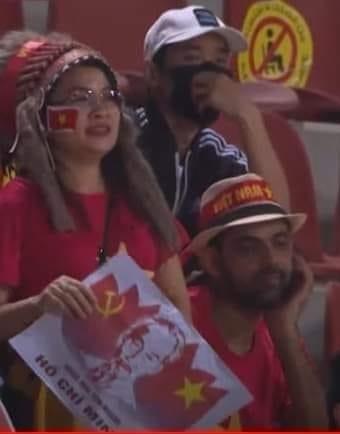 CĐV ngồi khán đài cổ vũ Việt Nam nhưng buồn thiu, chán nản khi Oman bị xé lưới: Nghi là do sợ nóc nhà kế bên - Ảnh 3.