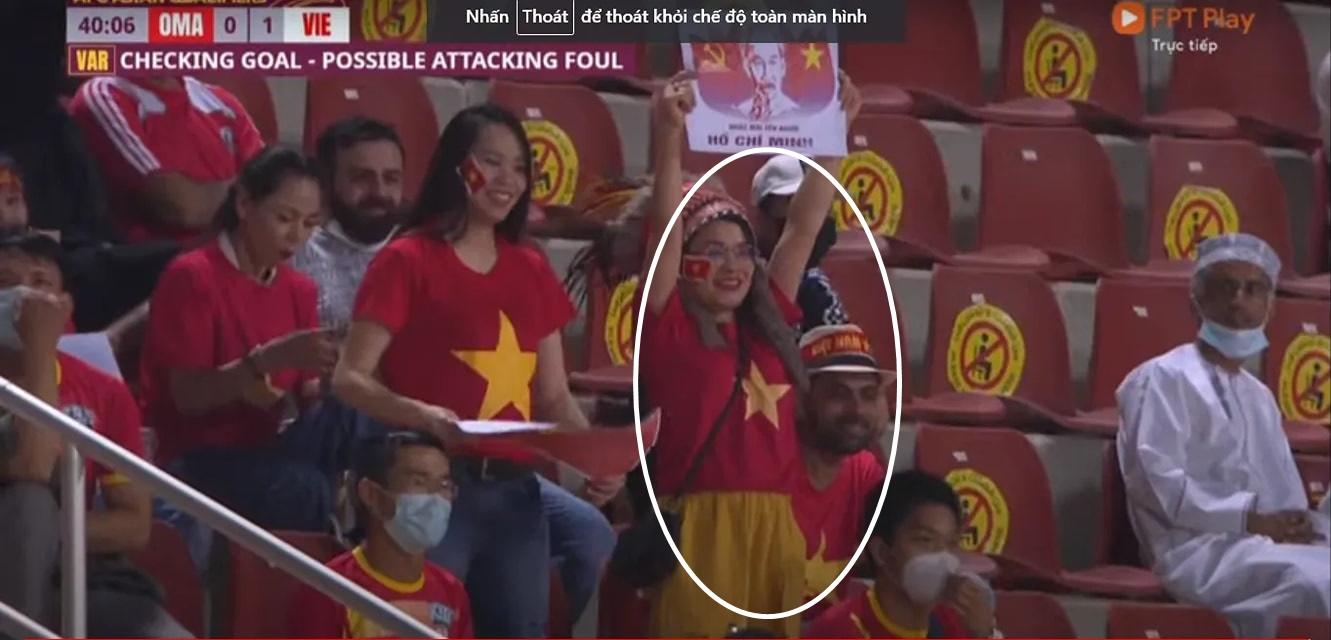 CĐV ngồi khán đài cổ vũ Việt Nam nhưng buồn thiu, chán nản khi Oman bị xé lưới: Nghi là do sợ nóc nhà kế bên - Ảnh 2.