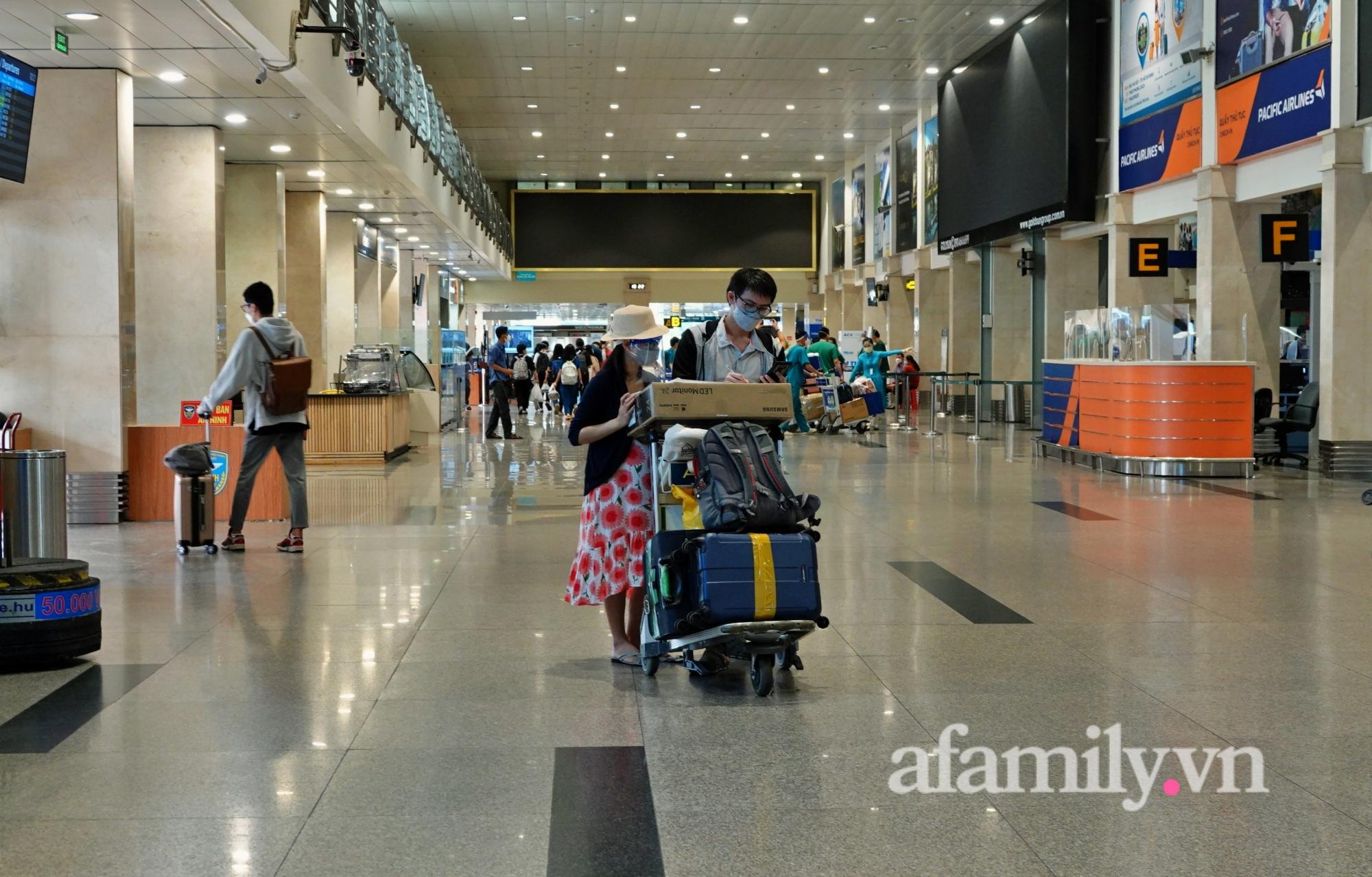 """Những chuyến bay về quê đầy thăng trầm sau hơn 4 tháng """"mắc kẹt"""" với Sài Gòn: """"Chỉ cần được về nhà, khó khăn gấp mấy tôi cũng chịu được"""" - Ảnh 1."""