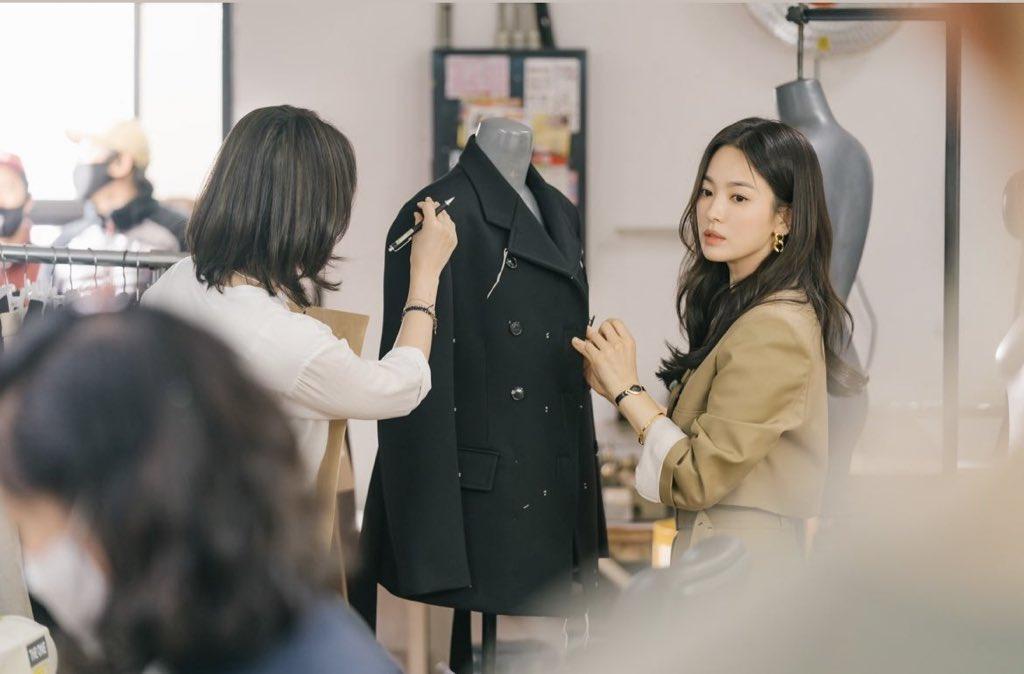 Song hye kyo blazer Blazer của Song Hye Kyo vừa sang lại tôn dáng, từ 200k bạn đã sắm được kiểu na ná - Ảnh 2.