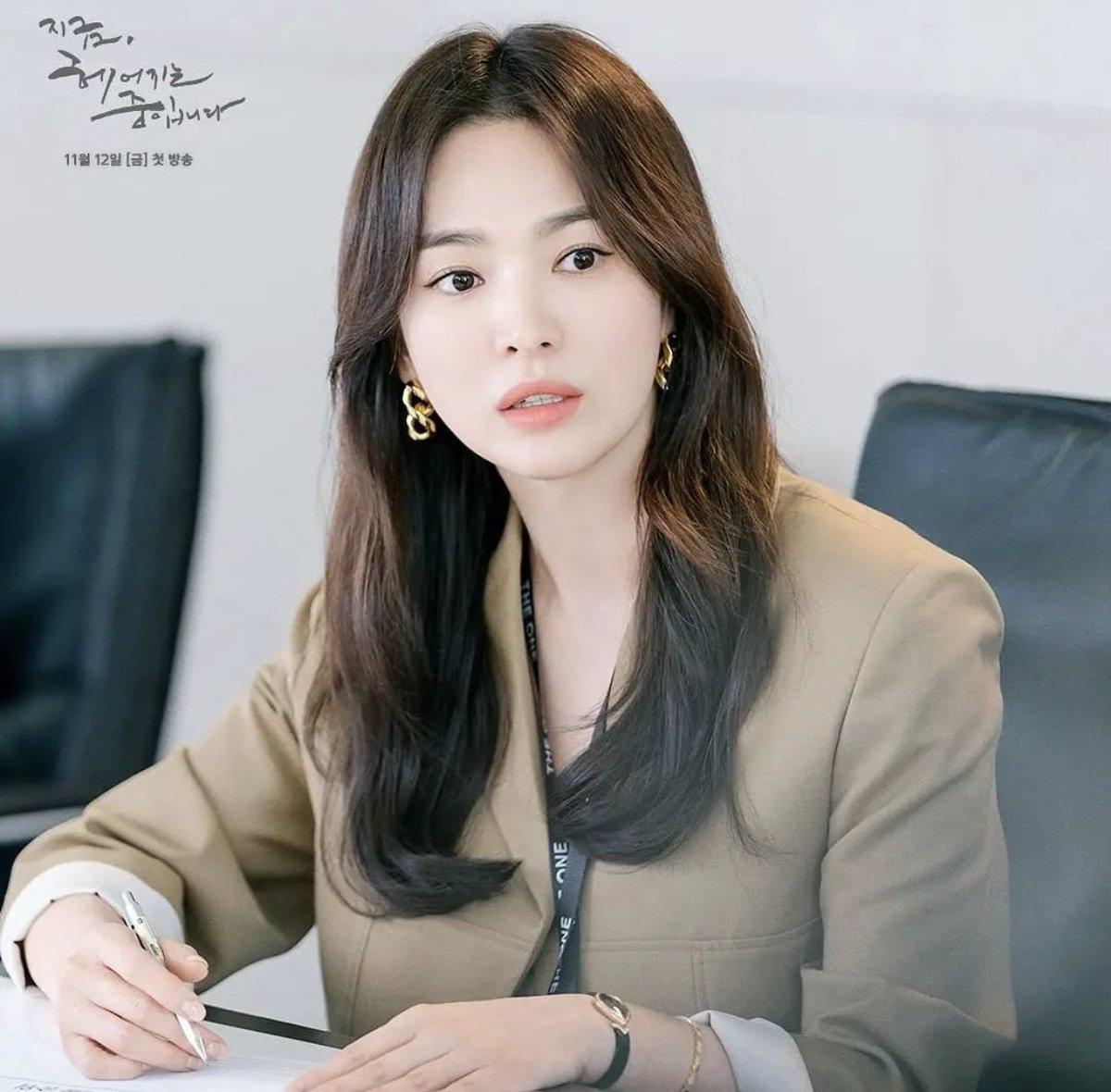Song hye kyo blazer Blazer của Song Hye Kyo vừa sang lại tôn dáng, từ 200k bạn đã sắm được kiểu na ná - Ảnh 1.