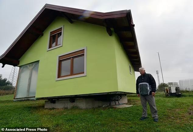 Vợ đòi hỏi ngôi nhà có view đẹp thoáng mát, ông lão cặm cụi 6 năm tạo ra kiệt tác 360 độ khiến cả thế giới choáng váng, ngả mũ bái phục - Ảnh 3.