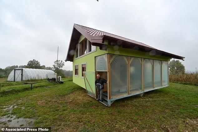 Vợ đòi hỏi ngôi nhà có view đẹp thoáng mát, ông lão cặm cụi 6 năm tạo ra kiệt tác 360 độ khiến cả thế giới choáng váng, ngả mũ bái phục - Ảnh 4.