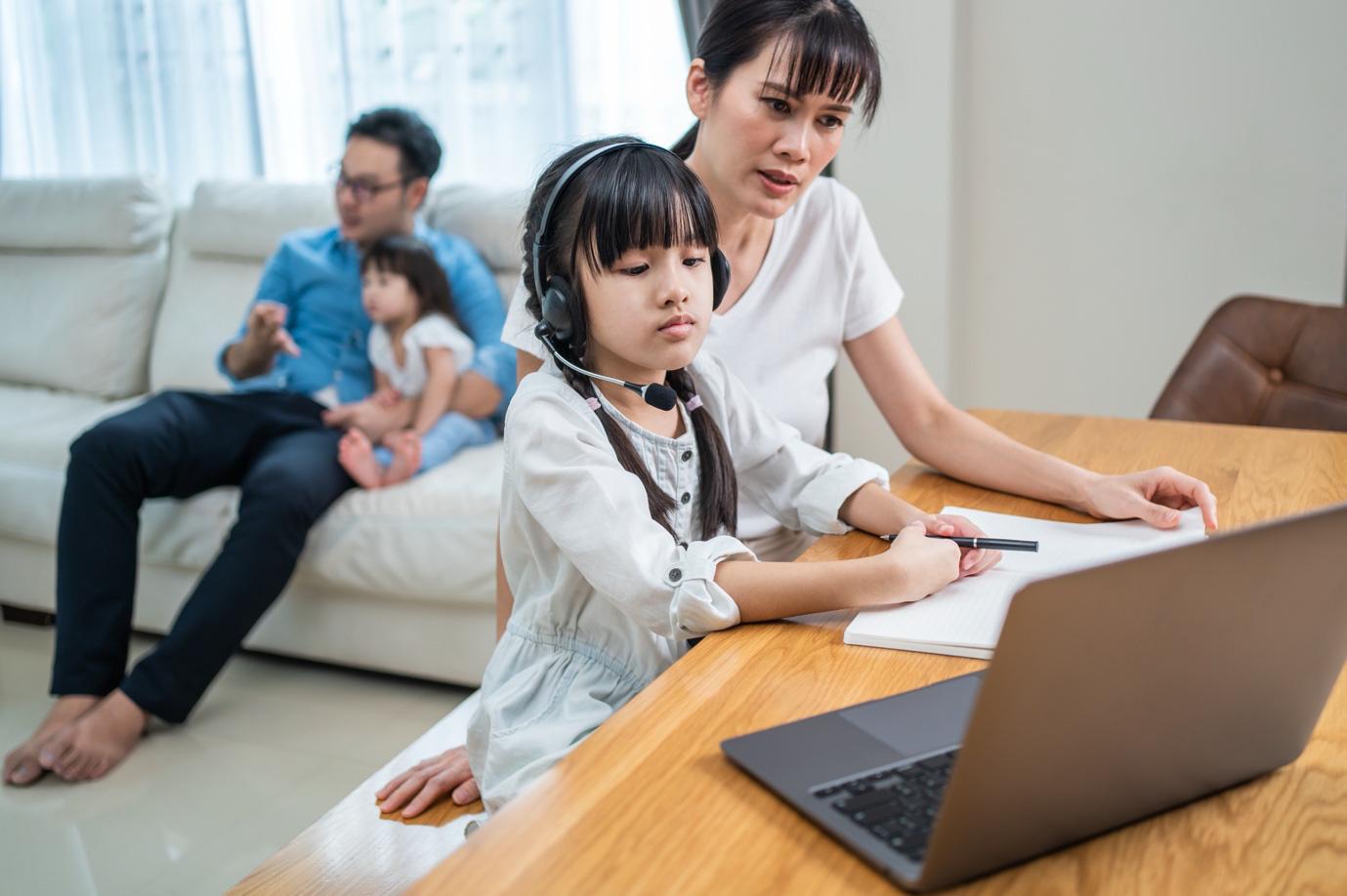 Thực trạng đáng lo ngại của bố mẹ đối với việc học online của trẻ - Ảnh 1.