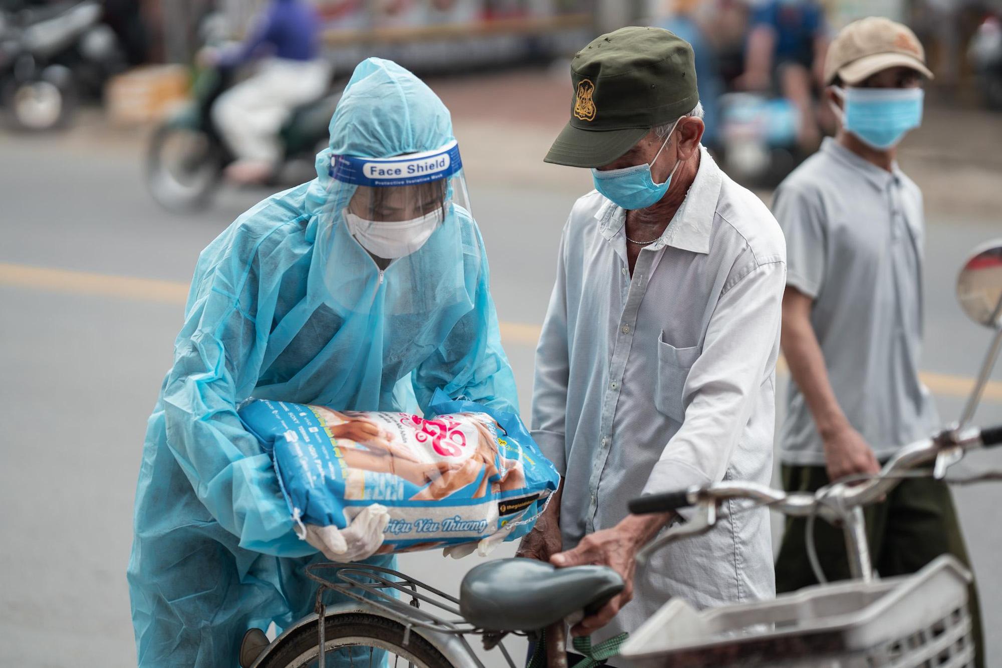 Chùm ảnh 2.000 tấn gạo lan toả yêu thương đi khắp miền Nam - Ảnh 4.